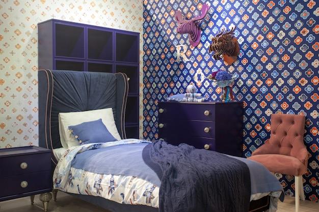 Luxuriöses komfortables modernes schlafzimmerinterieur für jungen in blauen und violetten farben