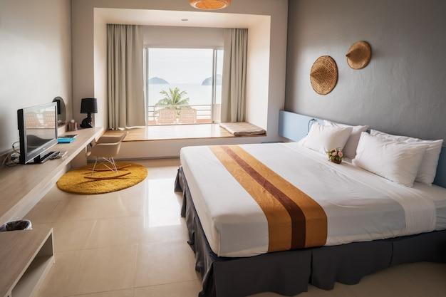 Luxuriöses, modernes, gemütliches doppelzimmer mit meerblick