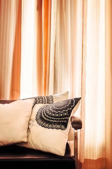 Luxuriöses sofa mit vorhängen