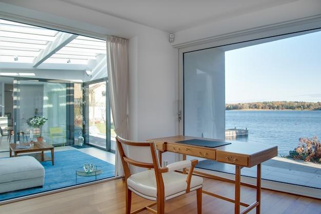Luxuriöses strandhaus mit glasfenstern und der wunderschönen landschaft des meeres