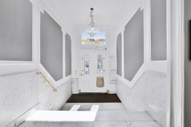 Luxuriöses treppenhaus mit besonderem design in einem eleganten haus