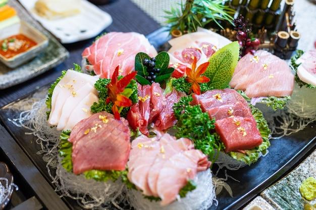 Luxuriöses und appetitliches set thunfisch-sashimi