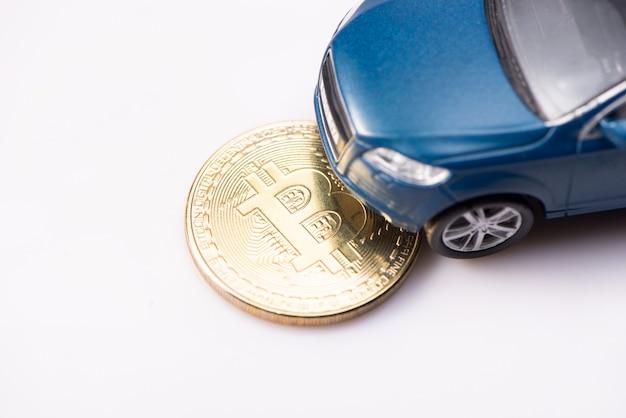 Luxuriöses und teures blaues geländewagen-spielzeugauto, das dank der bitcoin-kryptowährung gekauft wurde. auf weißem hintergrund isoliert. draufsicht.