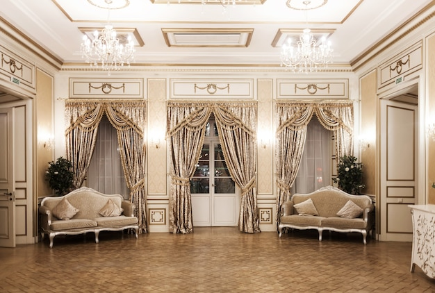 Luxuriöses vintage-interieur mit aristokratischem stil. ein pompöser raum mit fenstern