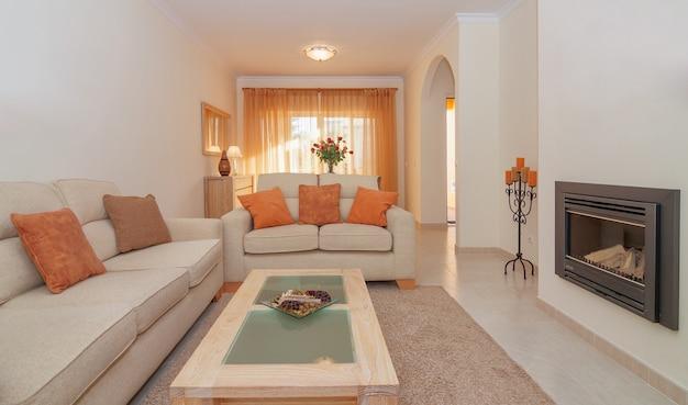 Luxuriöses wohnzimmer esszimmer mit kamin zum entspannen. mit einem tollen design.