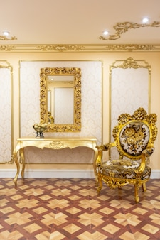Luxuriöses wohnzimmer-interieur mit wunderschönen alten goldmöbeln mit dekorationen an den wänden im stil des königlichen palastes