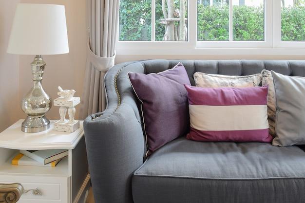 Luxuriöses wohnzimmerdesign mit klassischem sofa, sessel und dekor