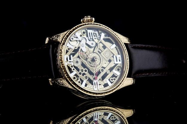 Luxus-armbanduhr für herren auf schwarz