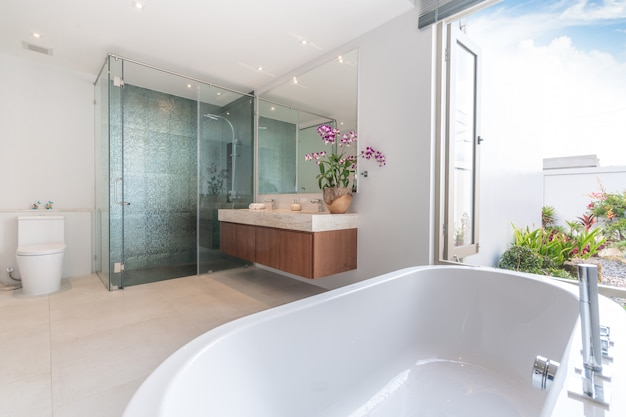 Luxus-badezimmer verfügt über waschbecken und badewanne nach hause, haus, gebäude