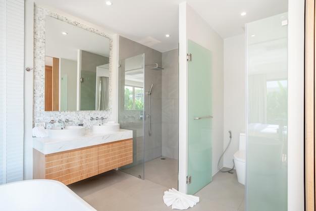 Luxus-badezimmer verfügt über waschbecken, wc-schüssel nach hause, haus, gebäude