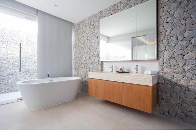 Luxus-badezimmer verfügt über waschbecken