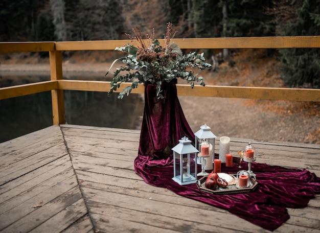 Luxus dekorierter tisch mit burgunderfarbener farbe und kerzen für ein romantisches date.