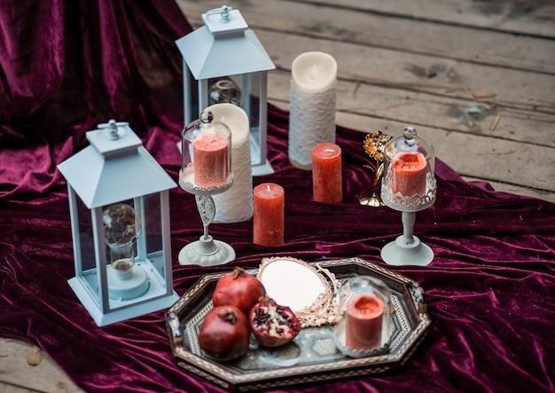 Luxus dekorierter tisch und mit kerzen für ein romantisches date.