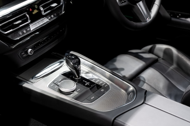 Luxus des autoinnenraums am getriebeschaltgangbereich.