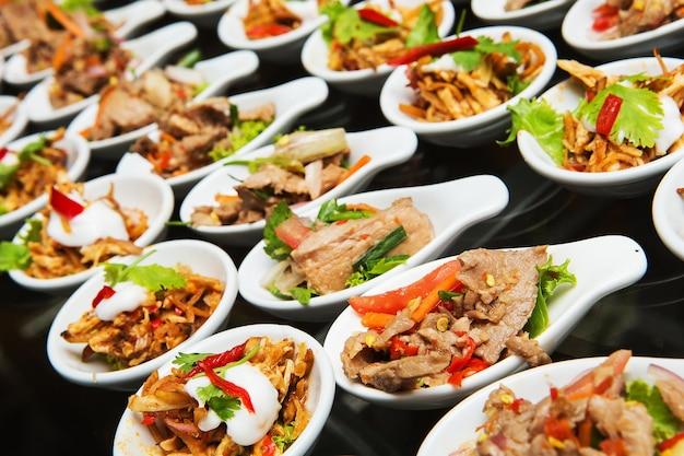 Luxus essen und getränke am hochzeit tisch