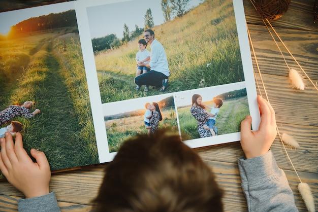 Luxus-fotobuch aus holz. familienerinnerungen fotobuch. speichern sie ihre sommerferienerinnerungen.