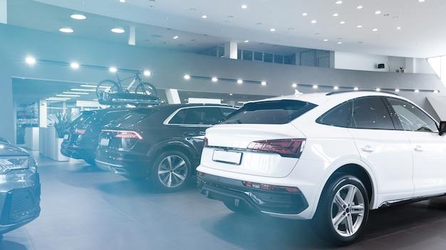 Luxus-geländewagen neu im showroom des autohauses blaues blendungsfoto