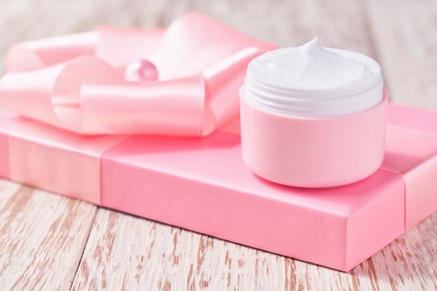 Luxus-gesichtscreme für empfindliche haut und rosa weihnachtsgeschenkbox, spa-kosmetik und natürliche schönheitspflege.