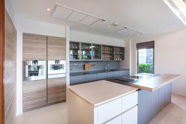 Luxus-innenarchitektur-pool-villa im küchenbereich