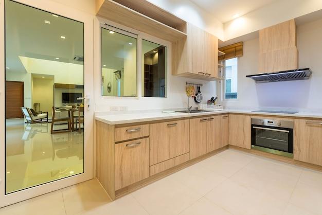 Luxus-innenarchitektur-pool-villa in küche mit whith feature island counter