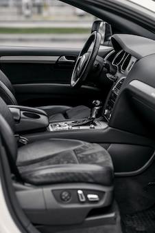 Luxus-innenraum. lenkrad, schalthebel und armaturenbrett.