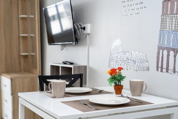 Luxus-interieur-wohnzimmer und esstisch, studio-zimmer der kondominium oder wohnung