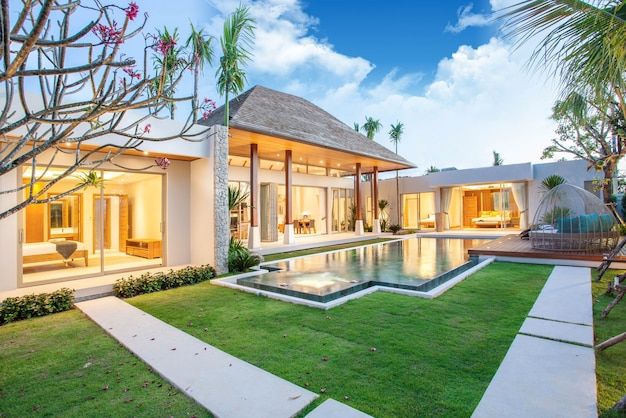 Luxus pool villa mit innen- und außenbereich mit wohnzimmer