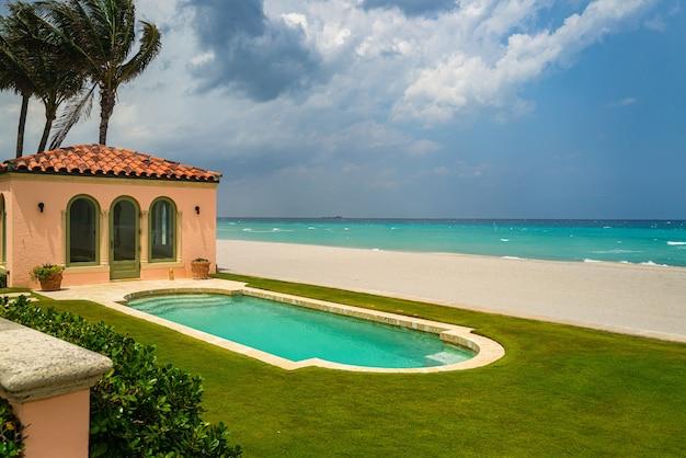 Luxus-strandhaus für ferienhaus oder hotel-ferienvilla mit meerblick, pool und ter...