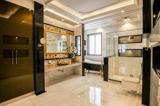 Luxus- und moderner waschraum mit whirlpool
