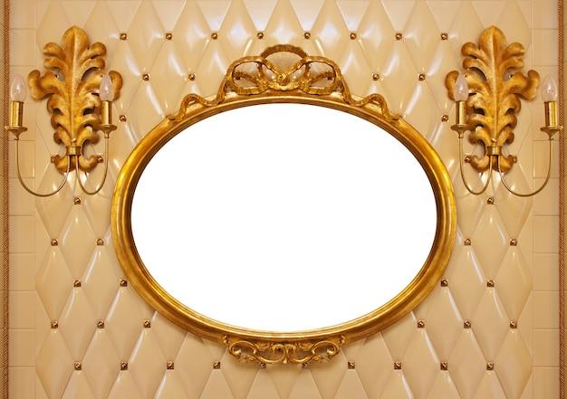 Luxus-vintage-spiegel mit goldrahmen an der wand. innen isoliert