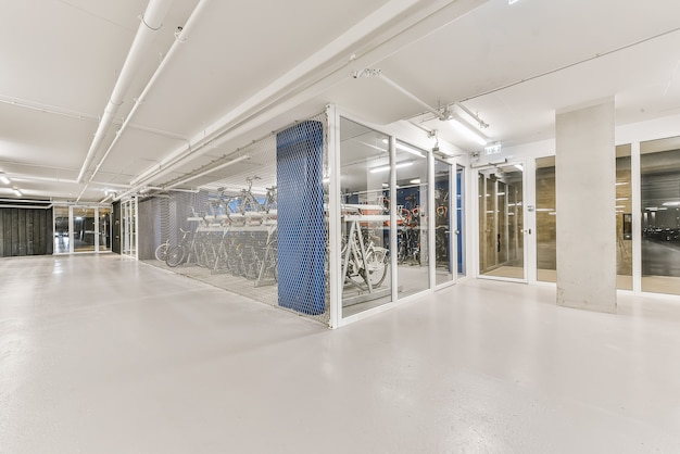 Luxus-wohnhausflur mit speziellem abstellraum für fahrräder hinter glaswand