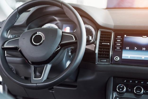 Luxusauto innenraum - lenkrad, schalthebel und armaturenbrett