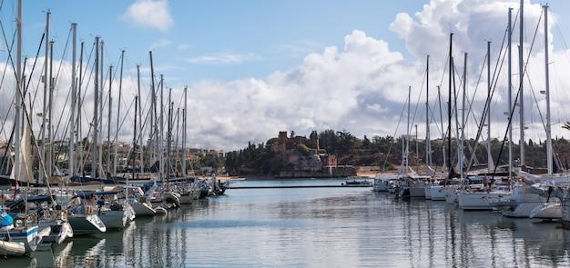 Luxusboote verankerten an den docks