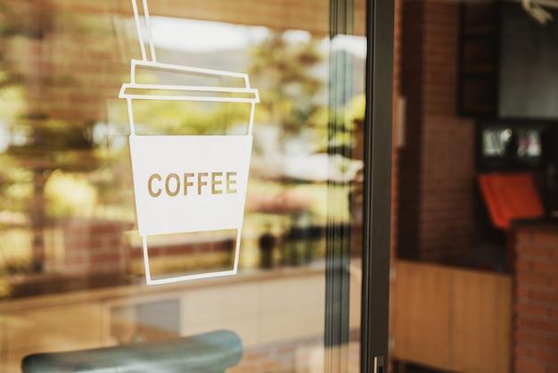 Luxuscafézeichen auf der glastür. für kunst textur oder webdesign hintergrund.