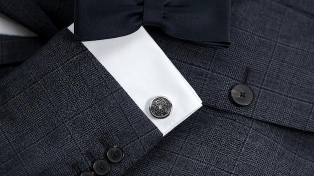 Luxusfliege hautnah mit vintage-anzug und manschettenknopf