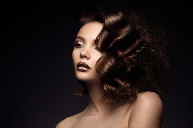 Luxusfrauenporträt mit dem perfekten haar