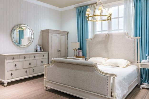 Luxusinnenarchitektur im schlafzimmer mit gemütlichem königbett und netter dekoration.