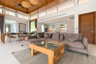 Luxusinnenarchitektur im Wohnzimmer von Poollandhäusern.