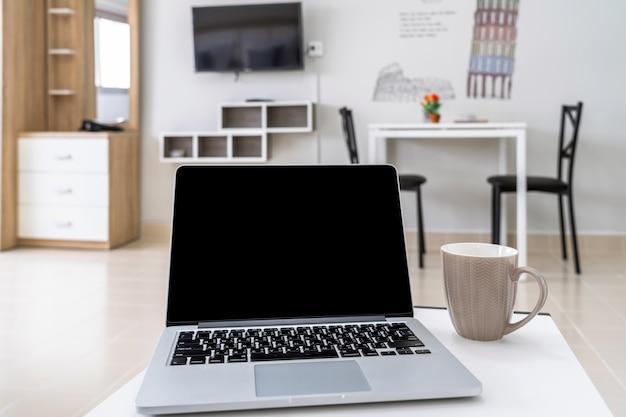 Luxusinnenwohnzimmer mit dem arbeitsplatz, der mit technologielaptop, studioraumtyp arbeitet