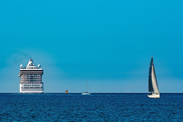 Luxuskreuzfahrtschiff unterwegs. tourreisen und wellnessangebote