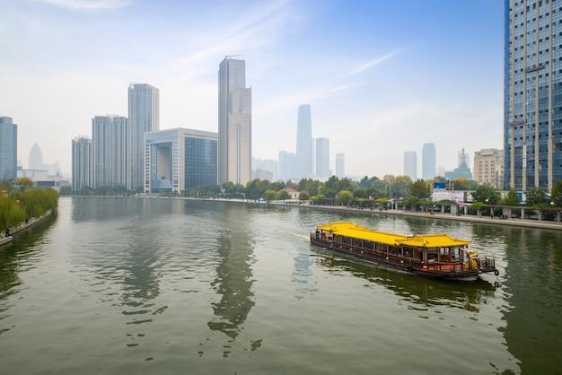 Luxuskreuzfahrtschiffe, die auf dem haihe-fluss, tianjin, china segeln