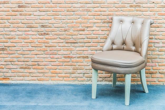 Luxuslederstuhl auf backsteinmauerhintergrund