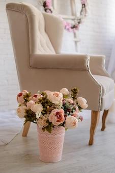 Luxusraumeinstellung mit stuhl und kerzen