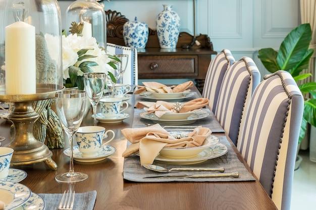 Luxustisch im esszimmerstil im klassischen stil