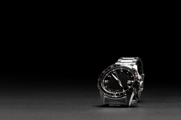 Luxusuhr mit schwarzem hintergrund. beobachten sie auf einem schwarzen hintergrund isoliert. ledergürtel. 40mm scheibe. damen-, herrenuhr