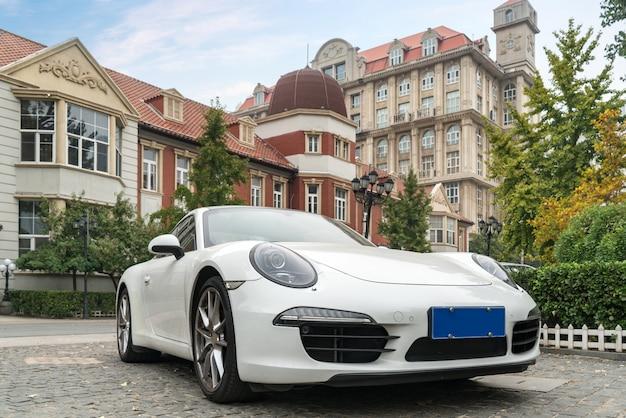 Luxusvillen und weiße sportwagen