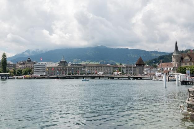 Luzern, schweiz - 3. juli 2017: blick auf den vierwaldstättersee, die berge und die stadt luzern, schweiz, europa. sommerlandschaft, sonnenscheinwetter, dramatischer blauer himmel und sonniger tag