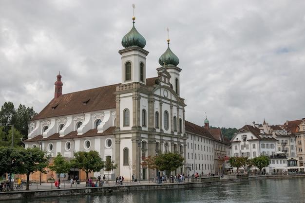 Luzern, schweiz - 3. juli 2017: jesuitenkirche im stadtzentrum von luzern, schweiz, europa. sommerlandschaft, sonnenscheinwetter, dramatischer himmel