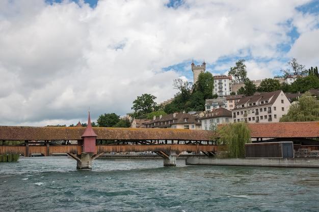 Luzern, schweiz - 3. juli 2017: panoramablick auf das stadtzentrum von luzern und den fluss reuss. dramatischer himmel und sonnige sommerlandschaft