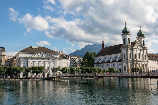 Luzern, schweiz - 3. juli 2017: panoramablick auf die stadt luzern mit jesuitenkirche und reuss. dramatischer himmel und sonnige sommerlandschaft